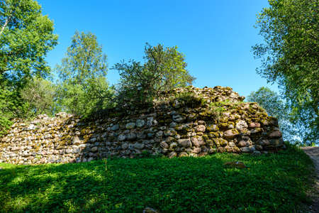 stone brick ruins of old building walls in green countryside 版權商用圖片 - 151459003