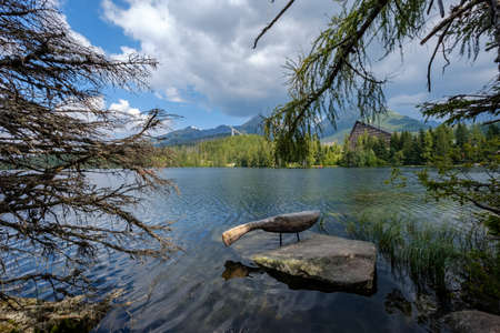 autumn nature reflection in lake of Strbske Pleso in Slovakia surrounded by trees and mountains 版權商用圖片 - 150723040