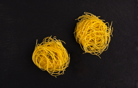 Dry vermicelli on black slate base. Fine Italian food. Banque d'images