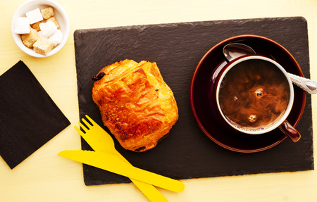 Chocolate Roll and coffee served on black slate Banque d'images - 100304677