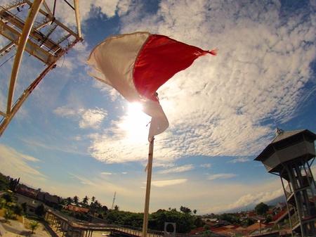 手を振っているインドネシアの国旗