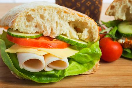 bocadillo: bocadillo saludable con verduras y jamón Foto de archivo