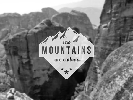 escalando: Etiqueta de la montaña con el diseño de tipo