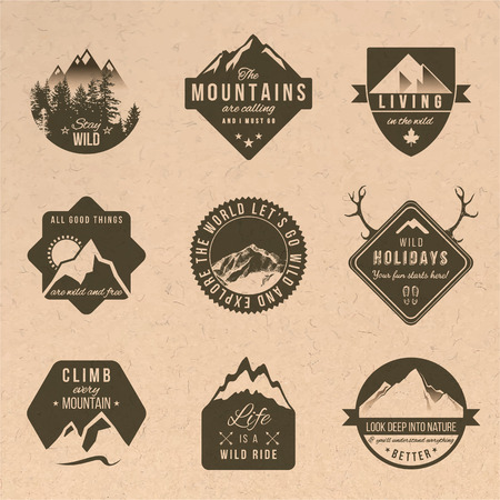 Set van 9 avontuur labels met verschillende soorten ontwerpen in vintage stijl Stock Illustratie