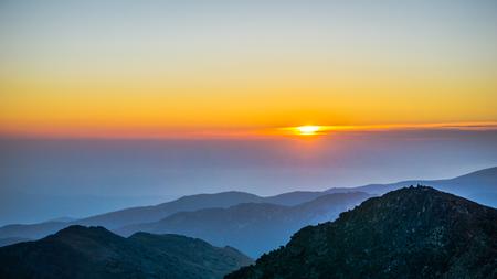 Prachtige zonsopgang boven Rila-gebergte in Bulgarije (Uitzicht vanaf de hoogste bergtop op het Balkan-schiereiland Musala)