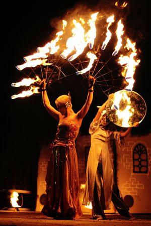 chicas bailando: Dos chicas bailando con fuego ventilador y espejo  Foto de archivo