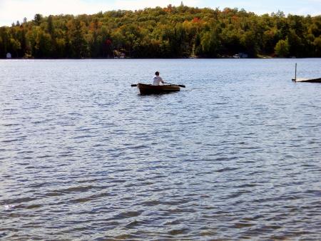 アッパー半島の内陸湖で手漕ぎボートを男