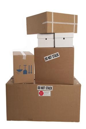 Gestapelte Kisten mit Aufklebern sagen