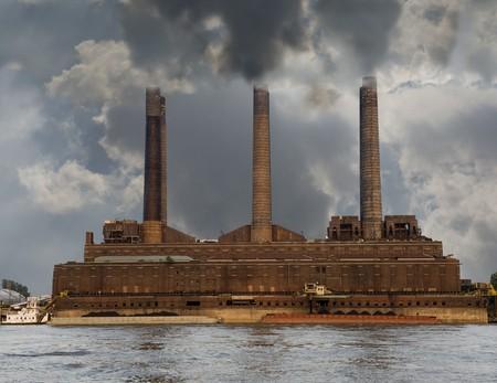 contaminacion del medio ambiente: Bombas de planta motriz de ladrillo viejo smog y humo a lo largo del r�o