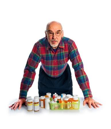 Ein Senior Citizen Bewertungen seiner vielen Verschreibung Flaschen Standard-Bild - 8181647