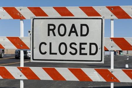 修復中通りの前に身に着け道路閉鎖標識