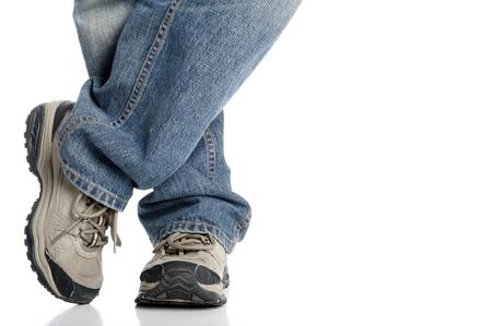 pies masculinos: Primer plano de pies y zapatos deportivos aislados en blanco del hombre
