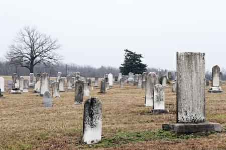 Sehr alte Grabsteine in einem Land Kirche Friedhof, selektive konzentrieren sich auf große Tombstone in der Nähe von Kamera Standard-Bild - 9090468