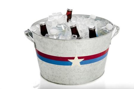 Patrióticamente pintado metal tina con cerveza y botellas de agua Foto de archivo