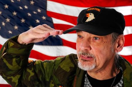 salut: Vietnam veteran som saluterar