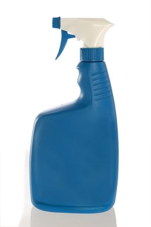 gatillo: Botella de spray azul para remover ropa mancha o una solución de limpieza del hogar, aislado en un fondo blanco