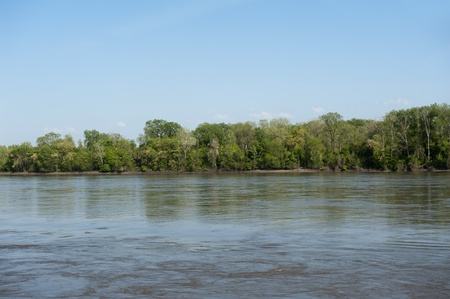 st charles: Beautiful scene of the Mississippi River, looking from one side to the other