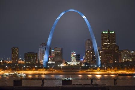 夜のショットをアーチ St Louis ルイジアナの川のイリノイ州側から撮影