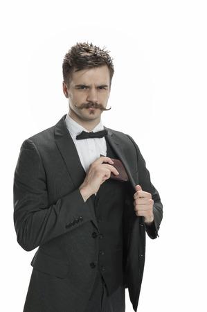 핸들 바 콧수염과 핀 줄무늬 양복을 입은 젊은이가 지갑을 꺼냅니다. 스톡 콘텐츠