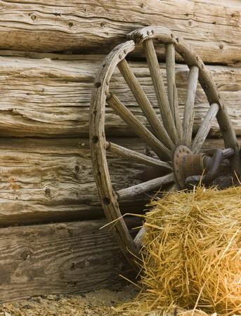 carreta madera: Wagon Wheel y Hay Bale Foto de archivo
