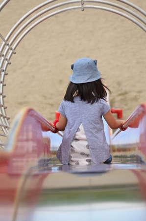 Children gliding on the slide 版權商用圖片