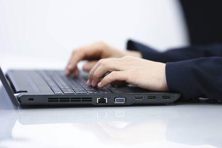 Woman typing on laptop Archivio Fotografico - 131931074