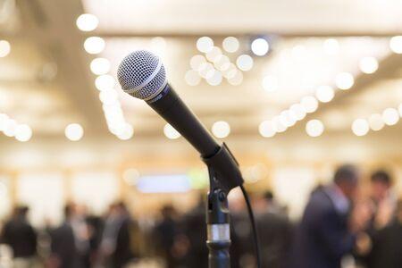 Mikrofon im Indoor-Veranstaltungsraum Standard-Bild