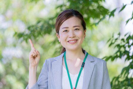 Businesswoman standing up index finger Banque d'images - 132158855