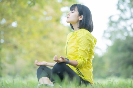 eine Frau, die im Park trainiert
