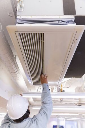 air conditioner repairer Banque d'images