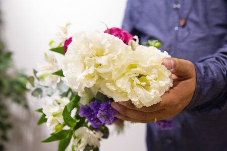 Marido enviando flores a la esposa