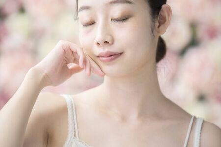 Hautpflege, Frauen, Blumenhintergrund Standard-Bild