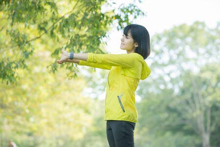 mujer haciendo ejercicio en el parque Foto de archivo