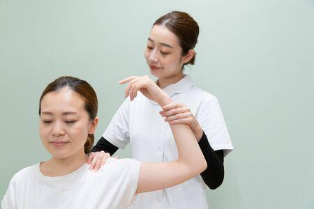 Orthopädie, Massage, Schulterbeschwerden Standard-Bild