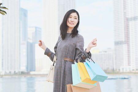 une femme avec beaucoup de sacs à provisions Banque d'images