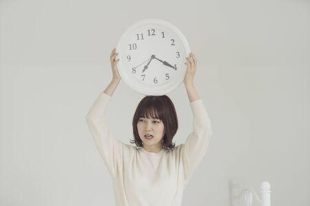 una mujer impaciente por el tiempo