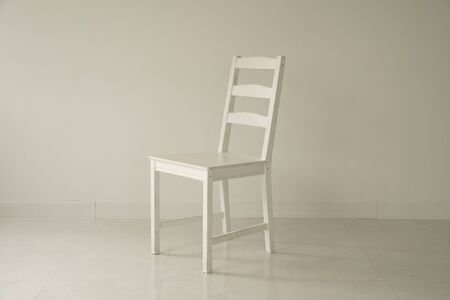 Chambre blanche et chaise blanche