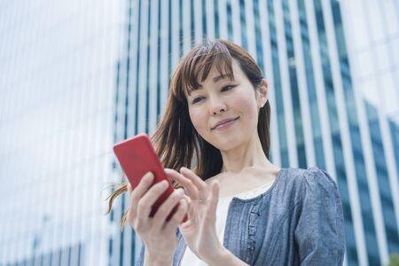 Business woman using smartphone Imagens
