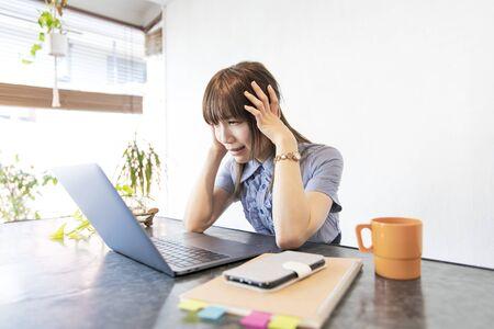 Mujer de negocios asiática cansada del trabajo de escritorio por trabajo remoto