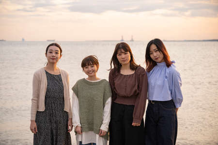 4 asian young women gathering to take a commemorative photo Imagens