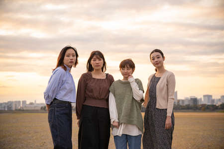 4 asian young women gathering to take a commemorative photo