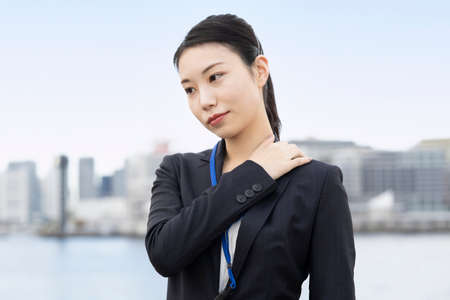 Asian young business woman with a stressed look outodoors Banque d'images