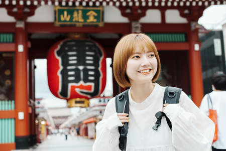 A woman sightseeing in Asakusa, a typical tourist attraction in Japan Archivio Fotografico