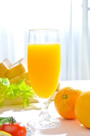 verre jus orange: Le jus d'orange le matin