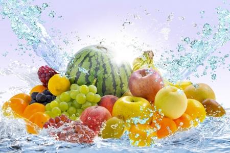 신선한 과일과 물