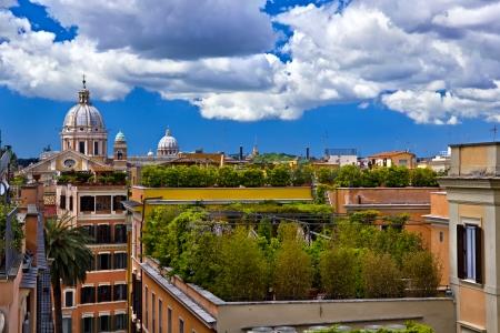 Stadtlandschaft von den grünen Dächern von Rom Gebäude