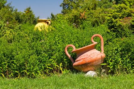 ollas de barro: ollas de barro grandes como elementos decorativos de jardín Foto de archivo