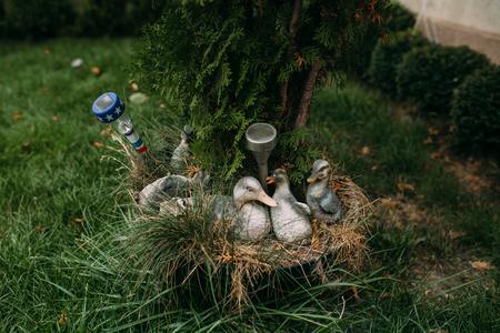 enano: Gansos en el jardín decoraciones para el jardín Foto de archivo