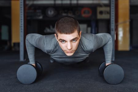 A man doing push-UPS in the gym, sports Foto de archivo