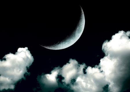 A lua no céu noturno em nuvens Foto de archivo